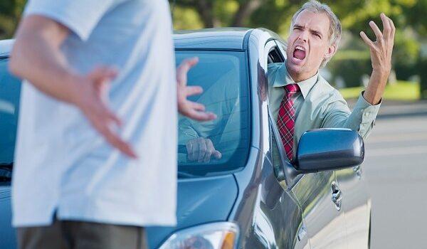 Daca intri cu masina pe trotuar te sparg idiotu' naibii de cocalar Cipariu2