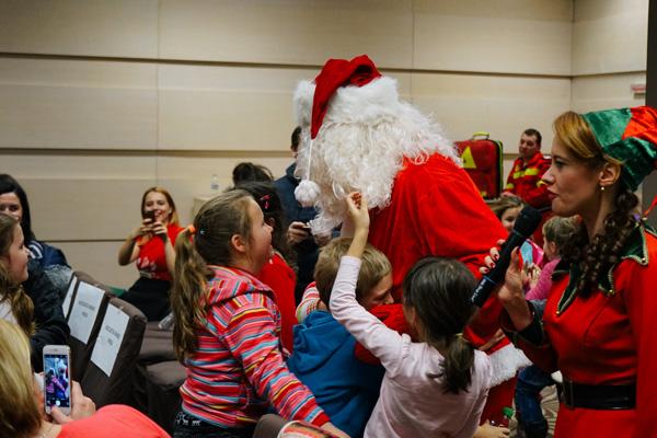 Moș Crăciun este magie. Copiii îl iubesc pe Moș Crăciun. Deci…